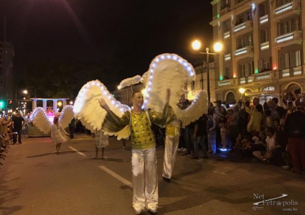 Foto 2 Anjos com asas iluminadas