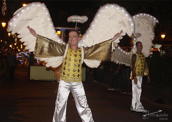 Foto 3 Anjos com asas iluminadas